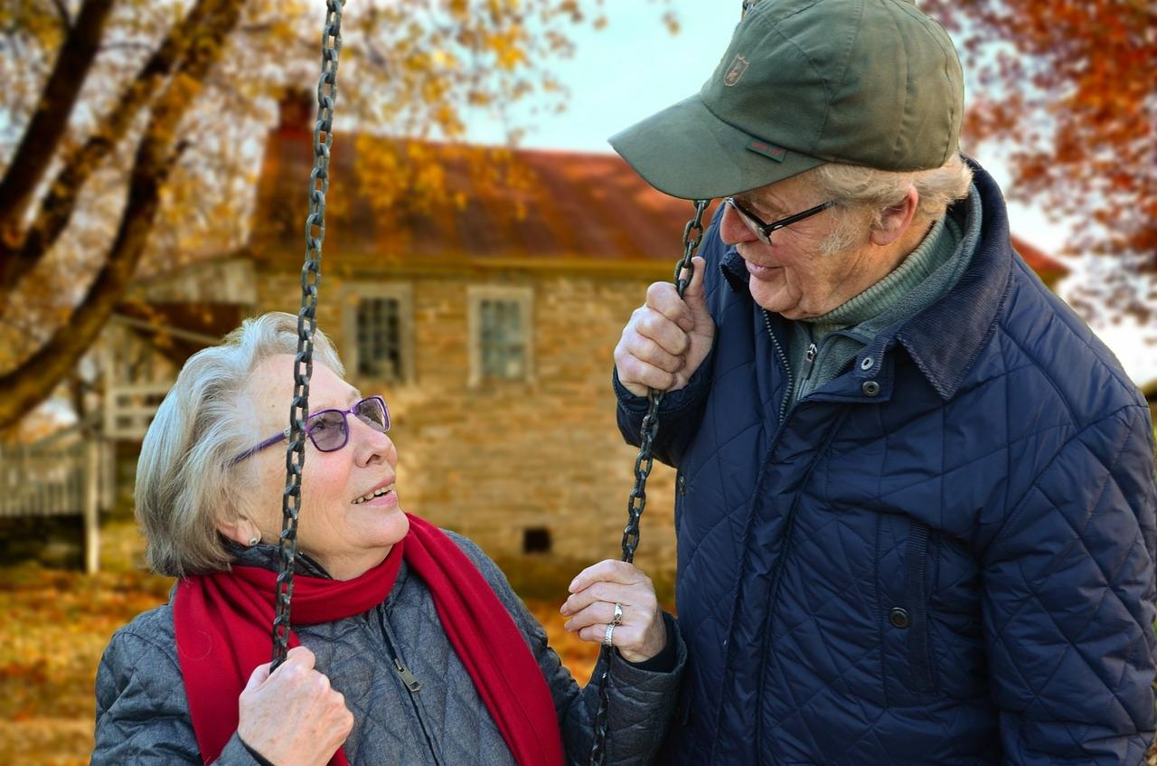 Älteres Paar beim Schaukeln