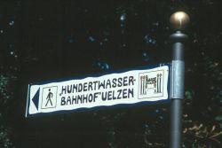 Hinweisschild zum Bahnhof